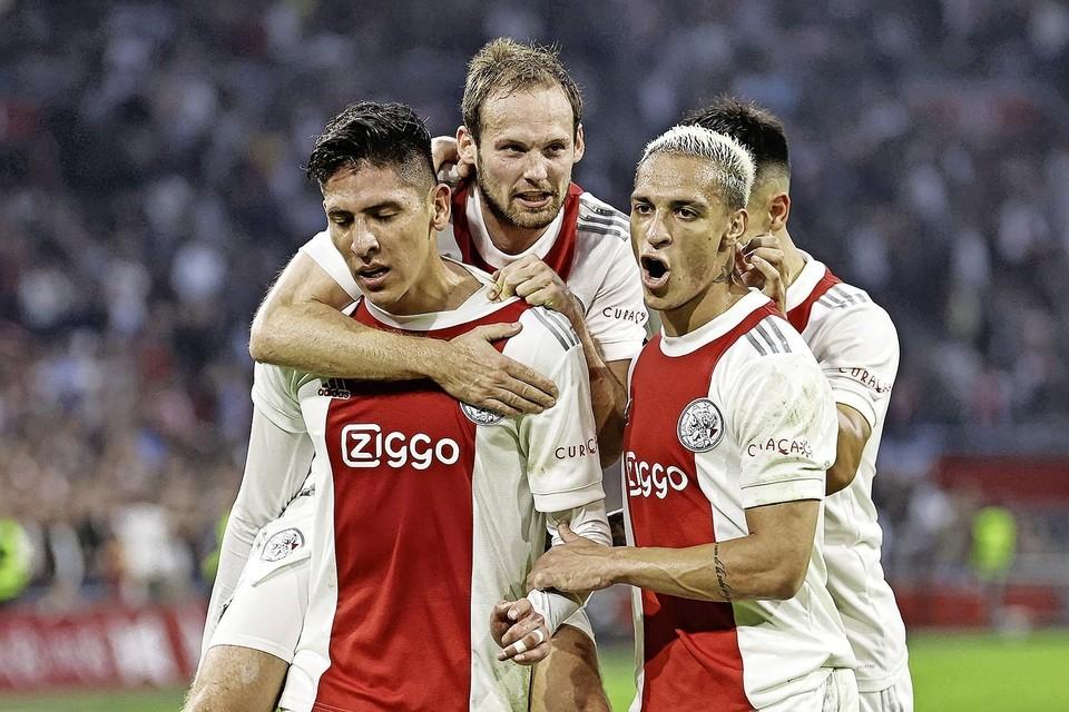 Edson Alvarez (links) heeft Ajax op voorsprong gezet. Daley Blind, Antony en (de nauwelijks zichtbare) Martinez juichen mee.