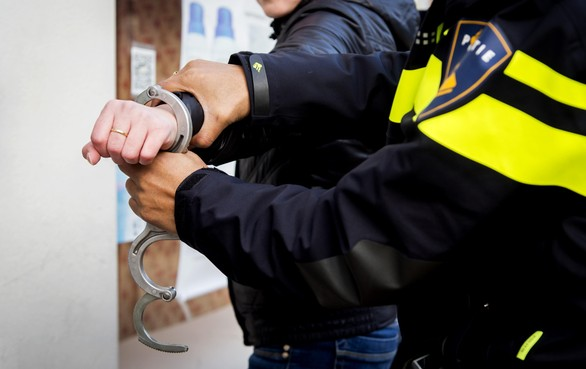 Portemonnee van vrouw gestolen in Hoofddorp, omstanders achtervolgen straatrover