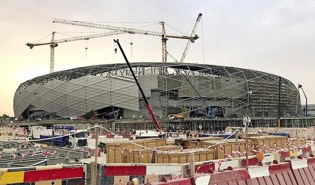 WK voetbal mag niet doorgaan, want er zijn 6500 redenen om niet af te reizen naar de groene grafvelden van Qatar   Commentaar