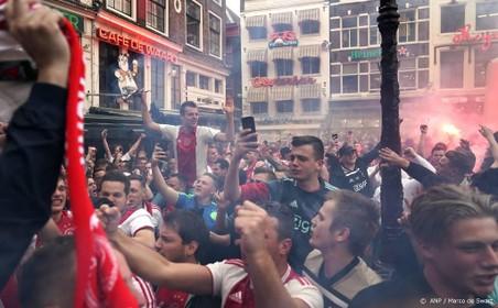 Vuurwerk en vlaggen in Amsterdam na titel