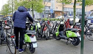 De klagers over deelscooters hebben gelijk: de suggestie van lezers om vaste plekken in te richten is helemaal nog niet zo gek | opinie