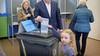 In 2018 samen stemmen met dochter Anna, maar nu thuis: Velsens burgemeester Frank Dales is op verkiezingsdag in quarantaine. 'Heel onwennig'