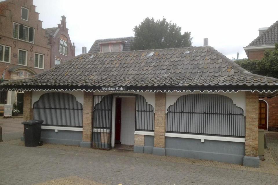 Een herkenbaar openbaar toilet. In Den Burg op Texel.