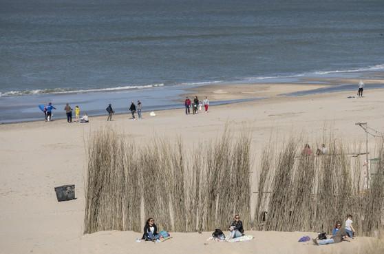 Wegen naar Zandvoort staan muurvast: 'Blijf weg van het strand'