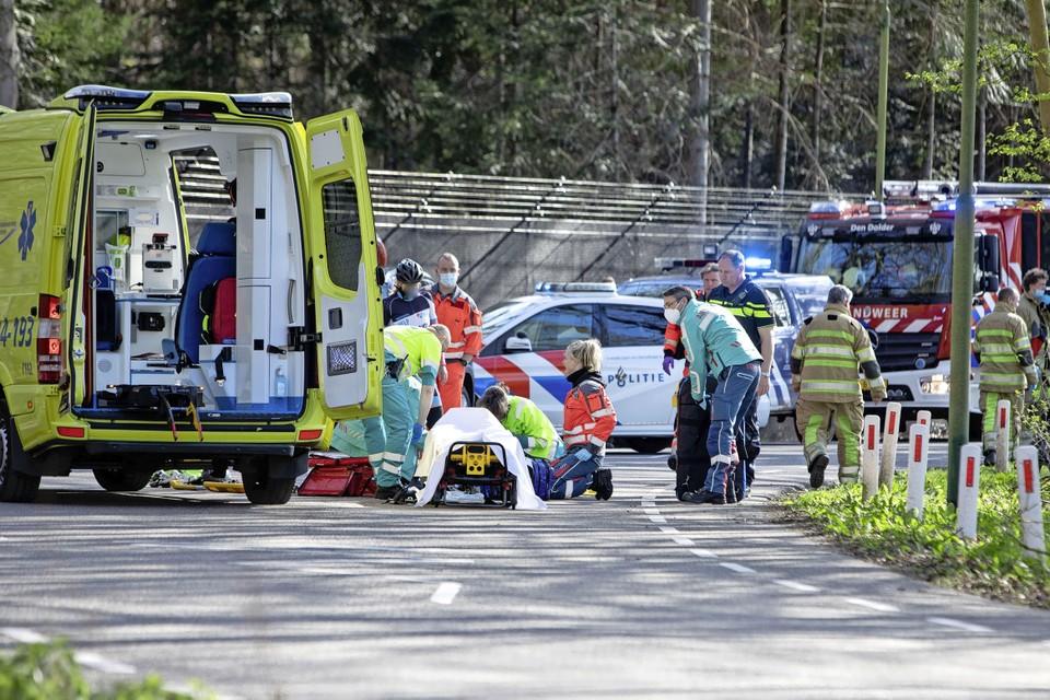 De wielrenner werd na reanimatie met spoed naar het ziekenhuis gebracht.