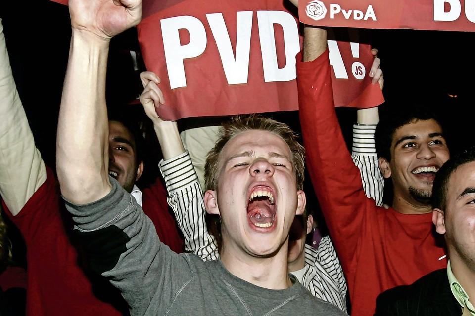 Aanhangers van de PvdA bij aanvang van een uitslagenavond.