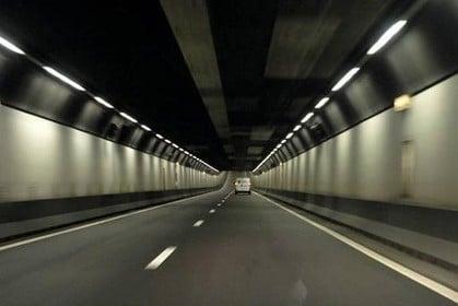 Velsertunnel in beide richtingen dicht na ongeval, flinke vertraging