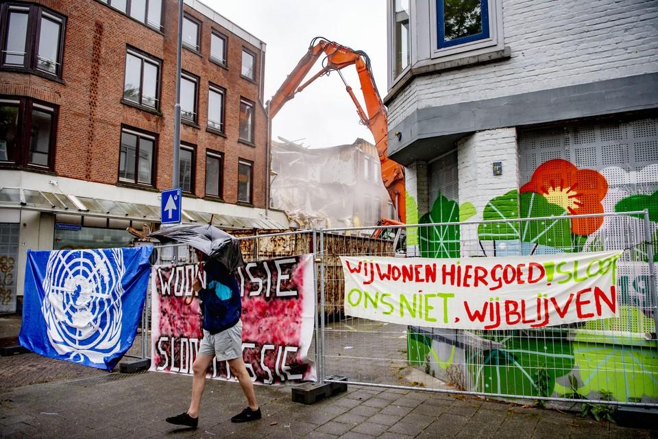 Bewoners protesteren tijdens sloopwerkzaamheden in de Rotterdamse Tweebosbuurt. De start van de sloop komt een paar dagen nadat de Verenigde Naties een brief aan de Nederlandse overheid had gepubliceerd over het Rotterdamse woonbeleid en de gevolgen voor de Tweebosbuurt.