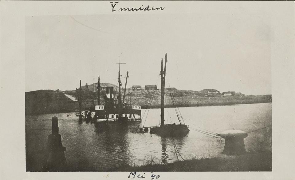 De havens van IJmuiden worden versperd door een afgezonken schip.