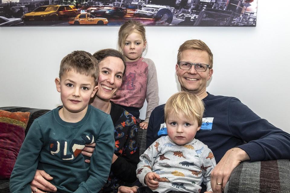 Rita Poppe, haar man Anthon Klapwijk en hun kinderen. ,,Wij willen vluchtelingen vriendschap aanbieden.''