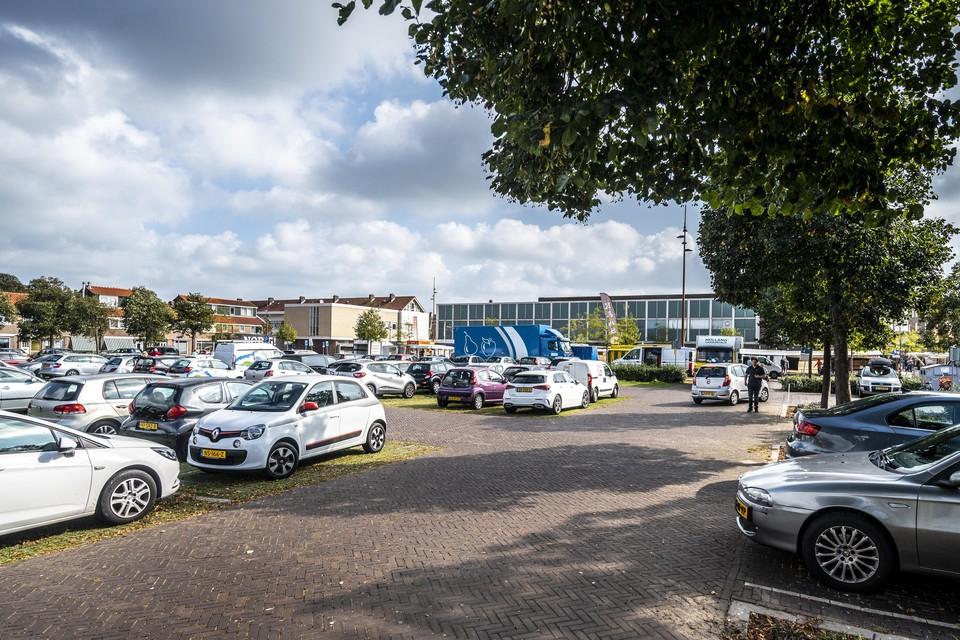 De gemeente Velsen wil een deel van het Velserduinplein inrichten voor woningbouw.