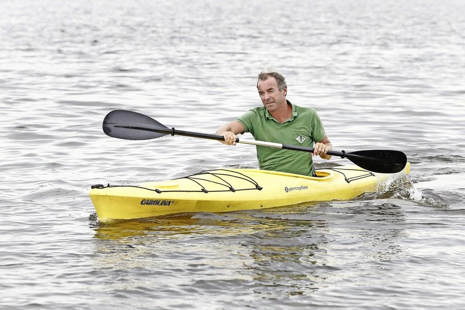 Loosdrechter Mischa Mikx blijft met zijn kajak het liefst lekker in de buurt van zijn woonboot.