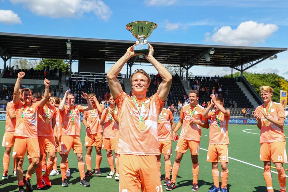 Jip Janssen viert de EK-titel na een jaar vol tegenslag.