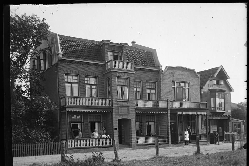 Het pension op glasplaat, met Christiaan de Goede (2e van rechts) en zoon Chris (uiterst rechts).