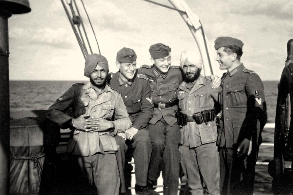 Indiase en Duitse soldaten op de boot naar Texel, 1943.