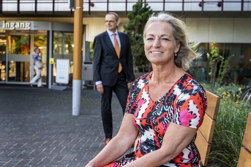Jacqueline Schweig van het patiëntenpanel met op de achtergrond ziekenhuisdirecteur Ivo van Schaik.
