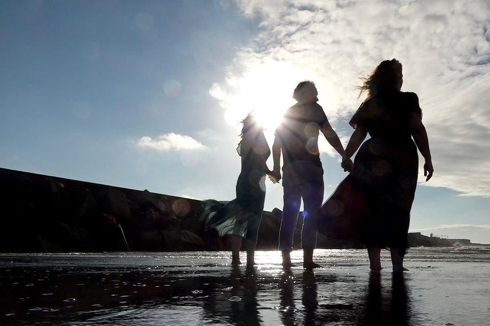Esther Duineveld, Maaike van der Aar en Hans Chialastri op het strand. ,,Mazzel dat het zo waaide.''