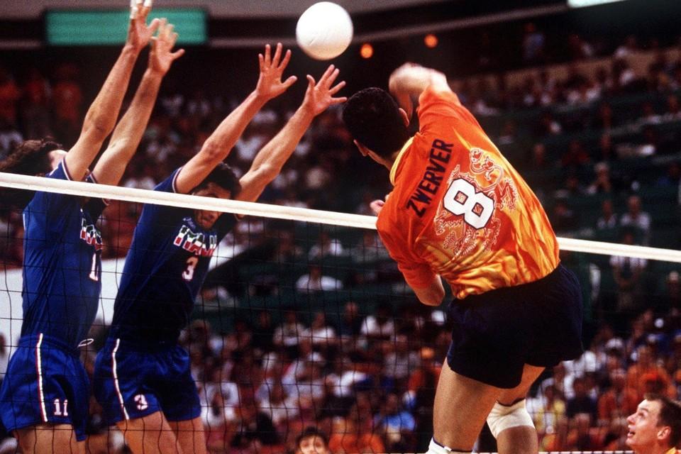 Ron Zwerver haalt verwoestend uit tijdens de olympische finale in 1996 tegen Italië.