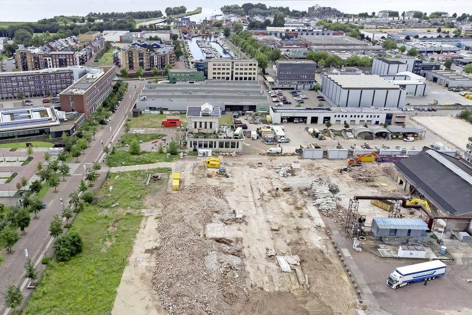 Op de voorgrond een deel van het BNI-terrein; midden De Krachtcentrale; links de Havenstraat; rechtsboven Teeuwissen Rioolreiniging; de kartbaan van Coronel ligt aan de haven.