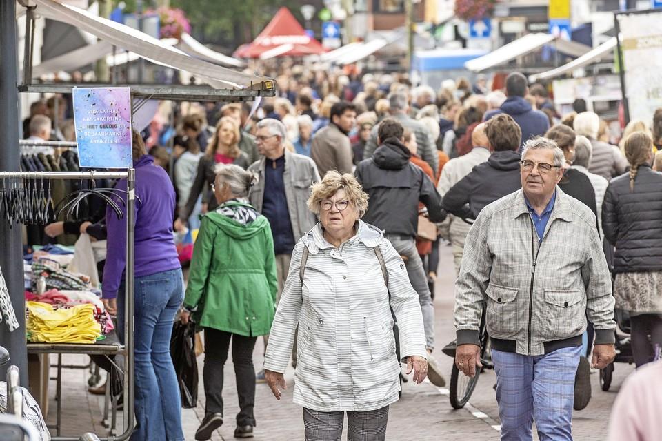 De Heemsteedse Jaarmarkt in de Binnenweg en Raadhuisstraat trok zondag veel publiek.