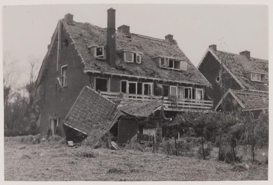 Beschadigde panden in de Kerklaan nadat op 15 november 1944 een door een vliegtuig verloren V1 tot onploffing was gebracht.
