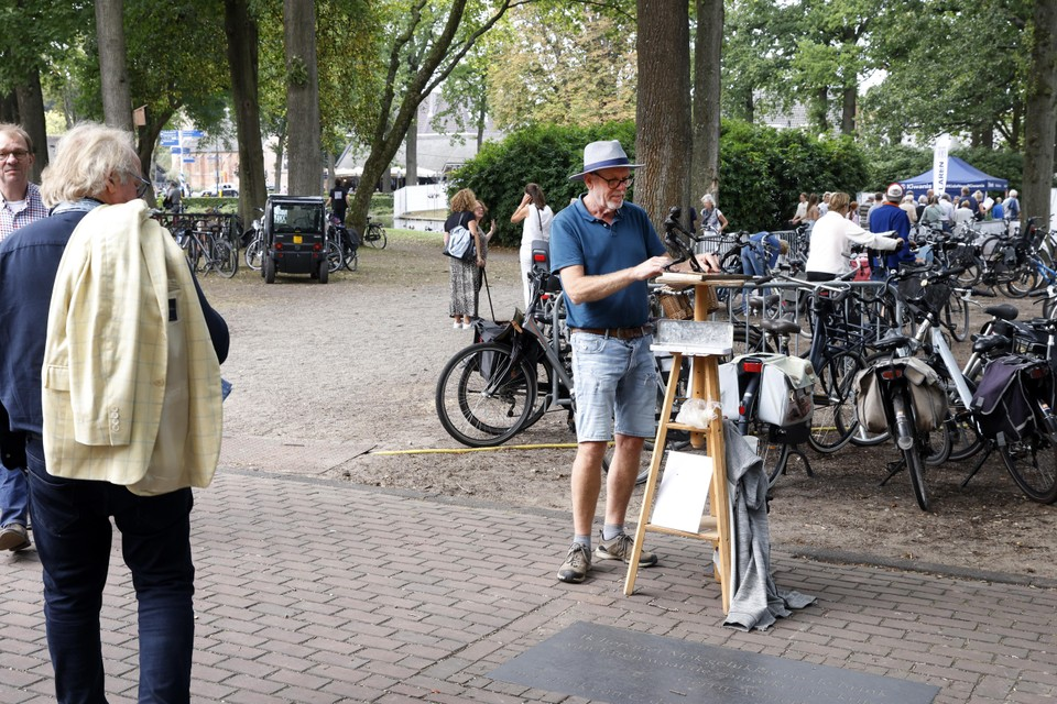 Beeldhouwer Ton van der Linden is zondag na protest van de organisatie van Art Laren verhuisd naar de stoep voor de Brink.