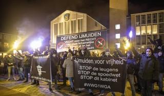 Defend IJmuiden protesteert ook buiten de havenplaats tegen coronamaatregelen: leden actiegroep 'opvallend aanwezig' op Museumplein in Amsterdam