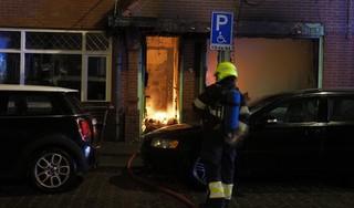 Twee personen gewond bij grote woningbrand in IJmuiden, gevlucht via dakgoot [video]
