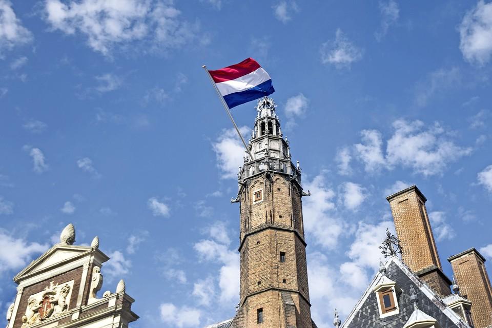De Nederlandse driekleur aan de toren van het stadhuis deze zondag 15 augustus.
