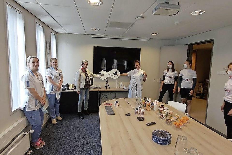 Longkankerpatiënt mevrouw Kolkman en longarts Pauline Dekker van het RKZ, nemen de White Ribbon in ontvangst van Joanne Bakker, Maria Disselhorst en Thirza Strikwerda van het Noordwest Ziekenhuis in Alkmaar. Links Annika en Jeanine van het Oncologiecentrum van het RKZ.