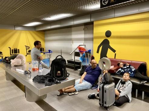 Na lange nacht volgt nog langere dag hangen in bagagekelder Schiphol