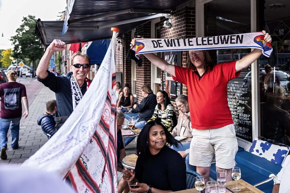 Piet van Osselaer met andere Telstarfans op het terras van zijn café in Amsterdam.