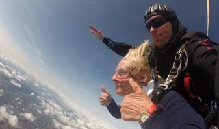 Parachutesprong van Nelly (92) ging perfect: 'Het is eigenlijk heel simpel. Je stapt in het vliegtuig en dan zit je te wachten tot ze je een duwtje geven'