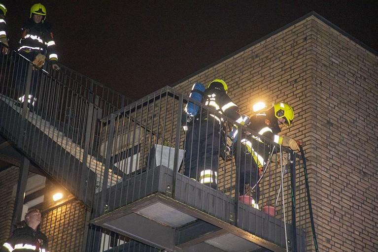 Brandweer en buurman redden man bij brand in woning Hoofddorp