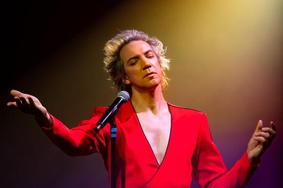 Sven Ratzke brengt tot op het bot uitgeklede Bowienummers