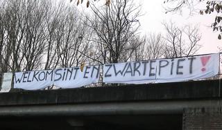 Graffititekst 'I love Zwarte Piet' nog niet verwijderd van Witte Theater