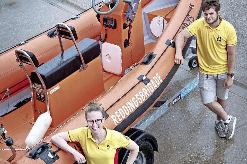 Strandwachten Lisanne en Wouter bij de reddingboot.
