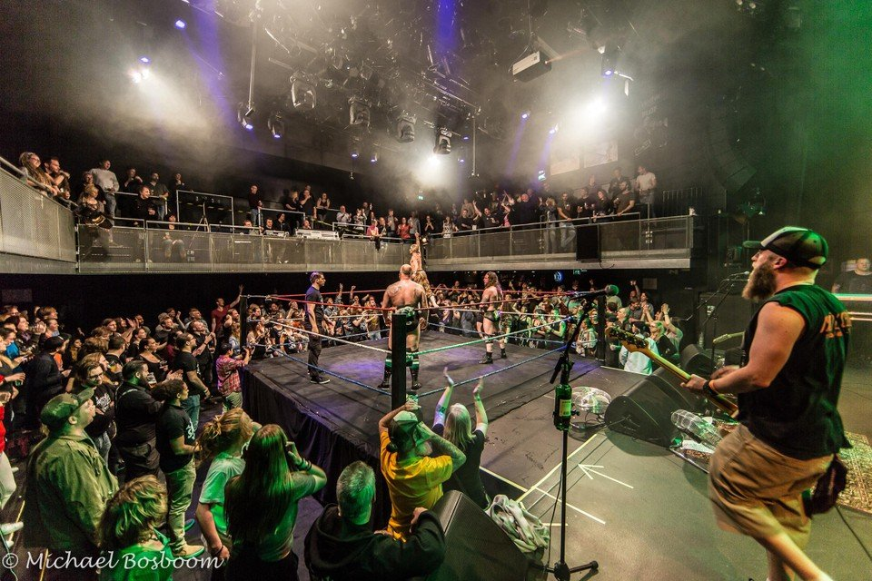 De muziek in 'worsteltempel' De Vorstin wordt bij Dropkicks 'N Moshpits verzorgd door Green Lizard.