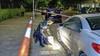 Auto vat vlam na harde knal in Van Oosten de Bruijnstraat in Haarlem