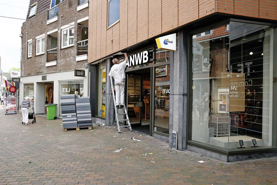 Vrijdagmiddag wordt de laatste hand gelegd aan de nieuwe vestiging van de ANWB in de Kerkstraat in Hilversum. Maandag gaat de gele loper uit.