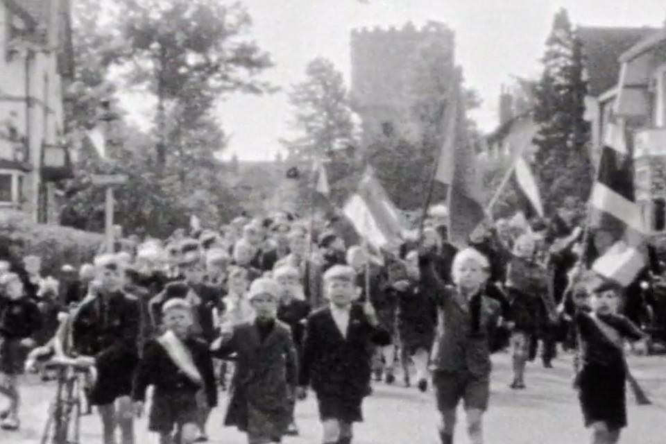 De bevrijding leidde tot groot feest in Baarn. Op de achtergrond de watertoren.