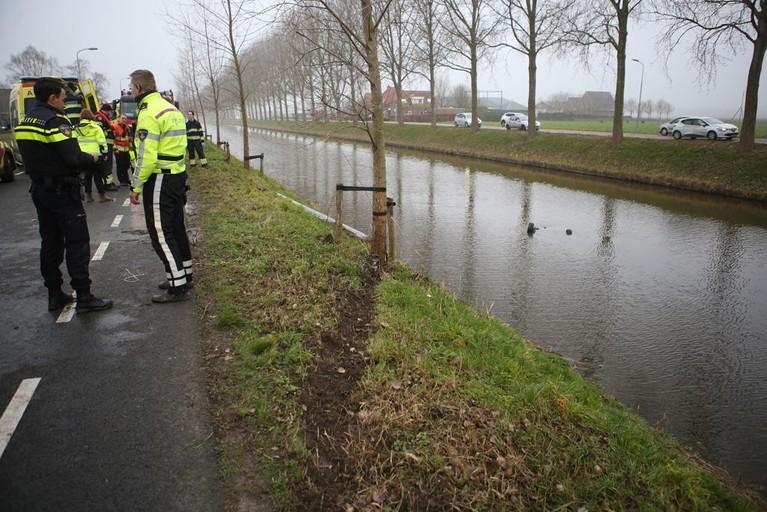 Auto te water langs Hoofdweg in Nieuw-Vennep; twee inzittenden gereanimeerd [video]