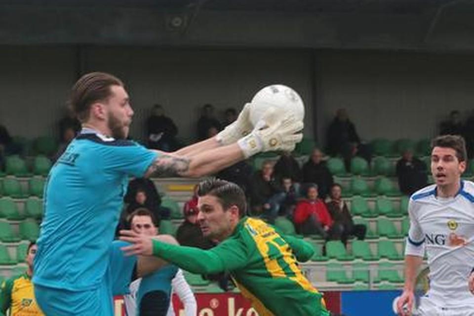 Lisse-keeper Brian van der Werff plukt de bal weg boven het hoofd van Arnoud van Toor.
