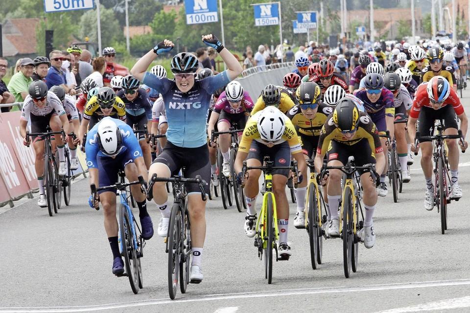 Charlotte Kool komt als eerste over de streep tijdens de tweede etappe van de Baloise Belgium Tour, in de Belgische badplaats Knokke.