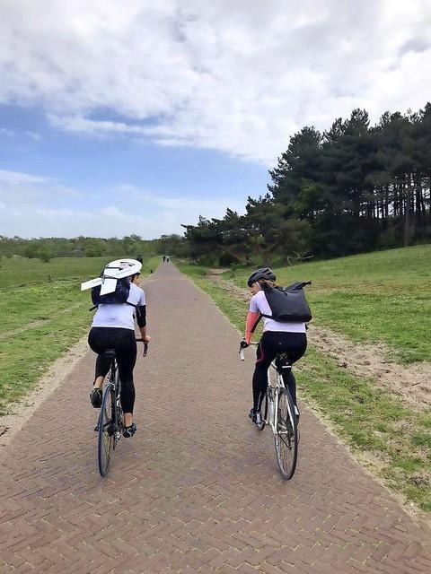 Joanne en Maria onderweg van Alkmaar naar Beverwijk
