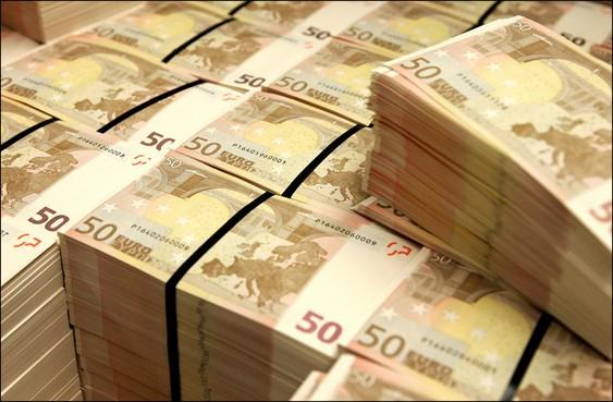 Koffer met geld barst open op Schiphol, onbekend bedrag weggewaaid