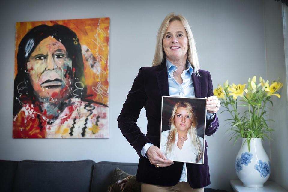 Annemieke van de Wouw met een foto van haar dochter Anne-Bo. ,,Haar rechtvaardigheidsgevoel was enorm. Daarom past dit zo bij haar.''