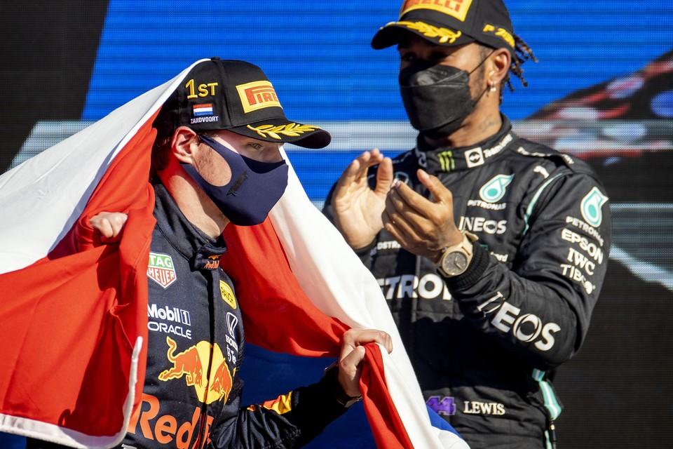 Max Verstappen (links) en Lewis Hamilton.