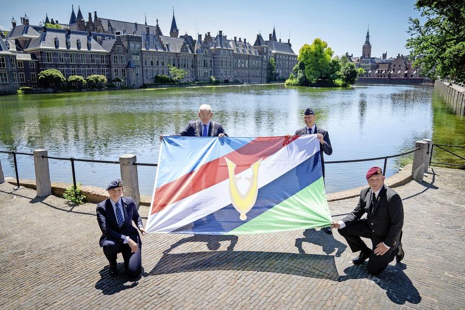 De ceremoniële overhandiging van de Veteranenvlag door de vicevoorzitter van het Veteranen Platform, Gerard Kuppen aan Jan van Zanen, VNG-voorzitter en burgemeester van Den Haag, donderdag tijdens de landelijke Veteranendag. De Veteranenvlag zal vanaf 2021 op steeds meer locaties prominenter zichtbaar zijn.