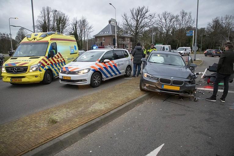 Automobilist gewond na botsing met stoplicht in Haarlem